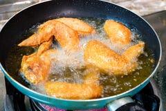 Cocinar las alas de pollo curruscantes fritas con la salsa de pescados fotos de archivo