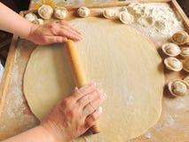 Cocinar las bolas de masa hervida Imagen de archivo libre de regalías