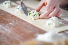 Cocinar las bolas de masa hervida jugosas de los desmoches sabrosos Imagen de archivo