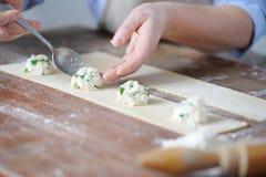 Cocinar las bolas de masa hervida jugosas de los desmoches sabrosos Imagen de archivo libre de regalías
