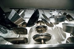 Cocinar las cacerolas y las herramientas Fotografía de archivo