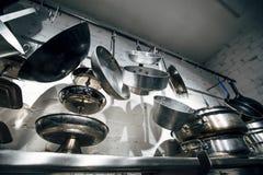 Cocinar las cacerolas y las herramientas Foto de archivo