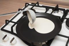 Cocinar las crepes Foto de archivo libre de regalías