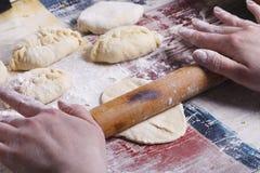 Cocinar las empanadas hechas en casa Imágenes de archivo libres de regalías