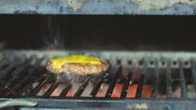 Cocinar las empanadas jugosas frescas del queso para un cheeseburger en un josper para la comida de la calle almacen de metraje de vídeo