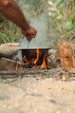 Cocinar las gachas de avena en el fuego Imagenes de archivo