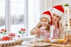 Cocinar las galletas de la Navidad Fotografía de archivo