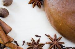 Cocinar las galletas de la Navidad Pasta del pan de jengibre con la especia Imágenes de archivo libres de regalías