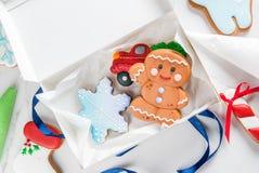 Cocinar las galletas tradicionales del pan de jengibre Foto de archivo libre de regalías