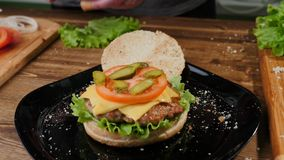 Cocinar las hamburguesas el proceso de hacer la hogar-hamburguesa imagen de archivo libre de regalías