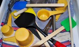 Cocinar las herramientas en un cajón Imagenes de archivo