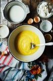 Cocinar las magdalenas deliciosas del chocolate de la vainilla Pasos de hacer el ch Fotos de archivo