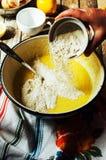 Cocinar las magdalenas deliciosas del chocolate de la vainilla Pasos de hacer el ch Foto de archivo