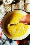 Cocinar las magdalenas deliciosas del chocolate de la vainilla Pasos de hacer el ch Imagenes de archivo