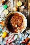 Cocinar las magdalenas deliciosas del chocolate de la vainilla Pasos de hacer el ch Fotografía de archivo libre de regalías
