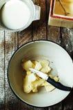 Cocinar las magdalenas deliciosas del chocolate de la vainilla Pasos de hacer el ch Fotos de archivo libres de regalías