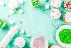 Cocinar las magdalenas divertidas de pascua Imagen de archivo libre de regalías