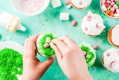 Cocinar las magdalenas divertidas de pascua Imagen de archivo