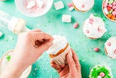 Cocinar las magdalenas divertidas de pascua Foto de archivo libre de regalías