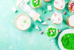 Cocinar las magdalenas divertidas de pascua Foto de archivo