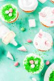 Cocinar las magdalenas divertidas de pascua Fotos de archivo
