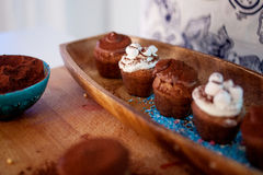 Cocinar las magdalenas, los molletes y una placa de los ingredientes para la decoración en la tabla fotos de archivo libres de regalías