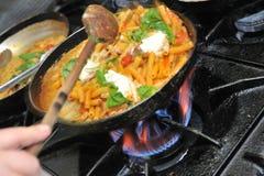 Cocinar las pastas italianas Fotografía de archivo libre de regalías