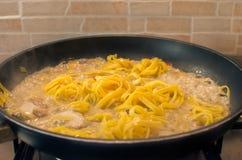 Cocinar las pastas italianas Foto de archivo libre de regalías