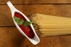 Cocinar las pastas italianas Fotografía de archivo