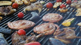 Cocinar las salchichas, la carne y verduras deliciosas de la barbacoa en la parrilla Cámara lenta almacen de metraje de vídeo