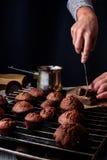 Cocinar las tortas de chocolate hechas en casa Foto de archivo libre de regalías