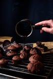 Cocinar las tortas de chocolate hechas en casa Imágenes de archivo libres de regalías
