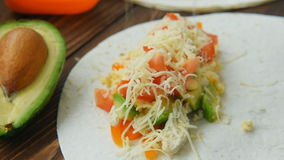 Cocinar los burritos del desayuno del congelador sirvió en la tortilla de maíz rematada con queso almacen de metraje de vídeo