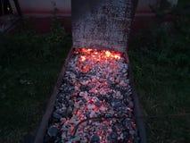 Cocinar los carbones para un buen kebab imagenes de archivo