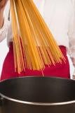 Cocinar los espaguetis Imagen de archivo libre de regalías