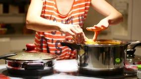 Cocinar los espaguetis para la cena de la familia almacen de metraje de vídeo