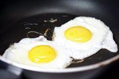 Cocinar los huevos fritos Fotografía de archivo libre de regalías