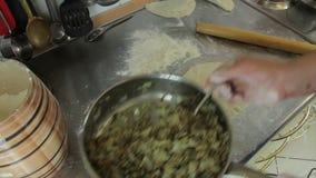 Cocinar los pasteles almacen de metraje de vídeo
