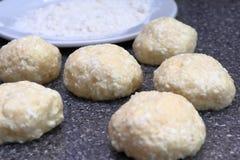Cocinar los pasteles de queso Bolas de la pasta del requesón, harina De oro rubicundo fragante con una corteza marrón cocinó reci foto de archivo