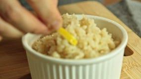 Cocinar los pescados de color salmón con arroz y el pepino metrajes