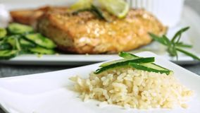 Cocinar los pescados de color salmón con arroz y el pepino almacen de metraje de vídeo
