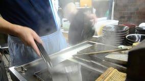 Cocinar los tallarines del Udon en Osaka, Japón almacen de video