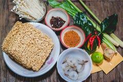 Cocinar los tallarines inmediatos de la nutrición con queso Imagenes de archivo