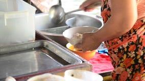Cocinar los tallarines tailandeses en el mercado flotante del canal de Mayom del lat de Klong en Bangkok Tailandia almacen de video