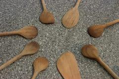 Cocinar los utensilios de las cucharas en la tabla vieja Imagen de archivo