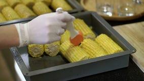 Cocinar maíz en parrilla almacen de video