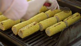 Cocinar maíz en parrilla almacen de metraje de vídeo
