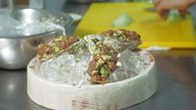 Cocinar platos de pescados en la cocina metrajes