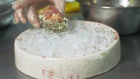 Cocinar platos de pescados en la cocina almacen de metraje de vídeo