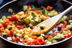Cocinar ratatouille del guisado de verduras en sartén Imágenes de archivo libres de regalías